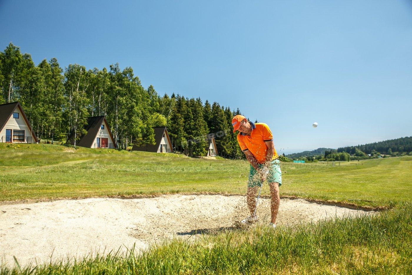 Domki golfowe   na ścianie lasu z widokami na Góry Orlickie i Obniżenie Dusznickie
