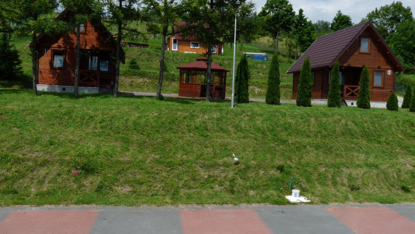 trzy domki dwa pięcioosobowe i pośrodku u góry trzyosobowy