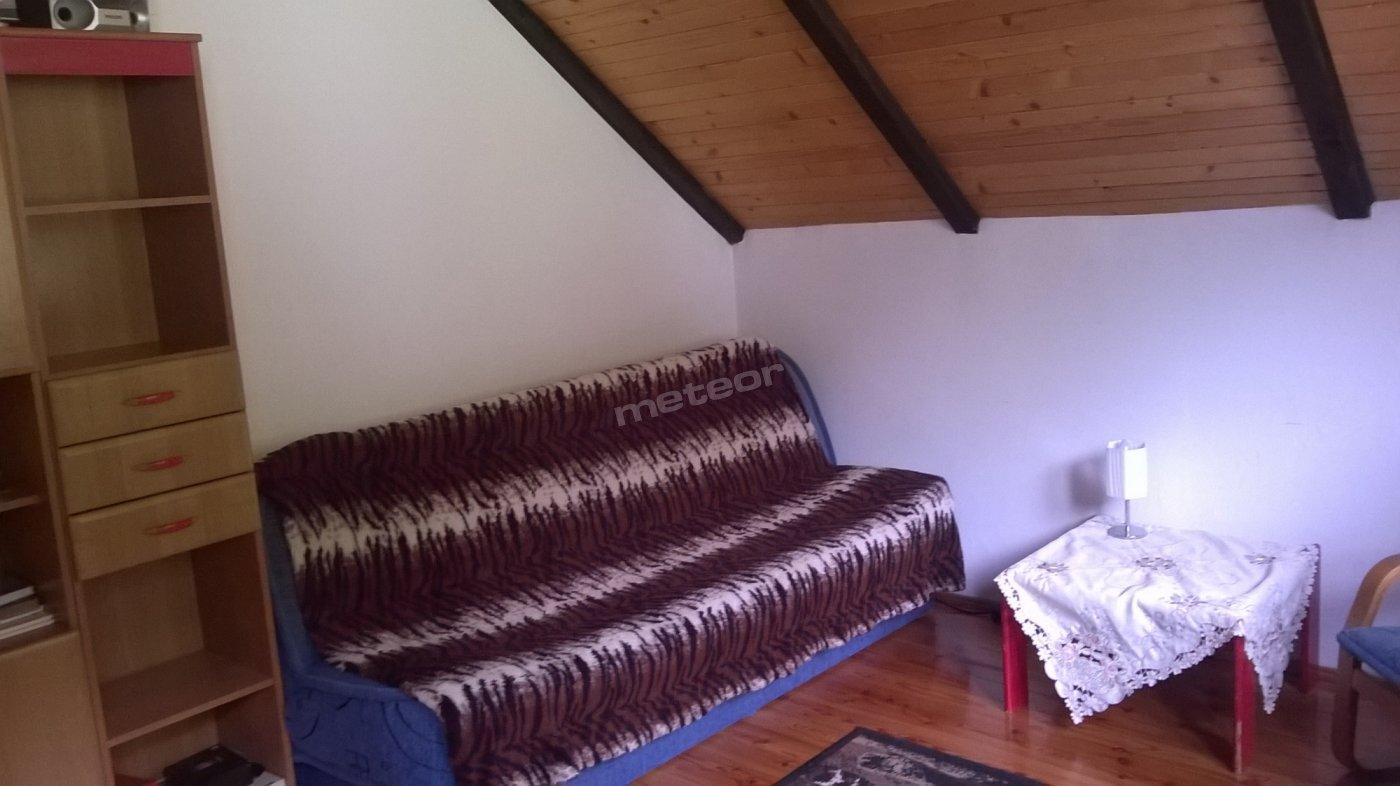 Dwa pokoje dwuosobowe(wersalki i pojedyncze łóżka w każdym pokoju), czyli mogą być trzy osobowe. Do dyspozycji ogromny salon z rozkładaną rogówką i kanapą dwuosobową,   telewizor,internet, miejsce gdzie można sobie zrobić herbatkę i coś do jedzenia. Jest czajnik,kubeczki,talerzyki,lodówka. Łazienka z natryskiem i wanną. Jest też duży taras z pięknym widokiem na góry.