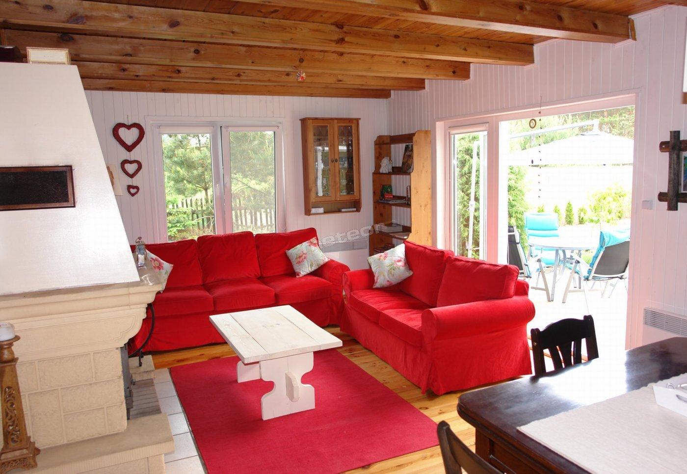 Salon z kominkiem w domku 7- osobowym