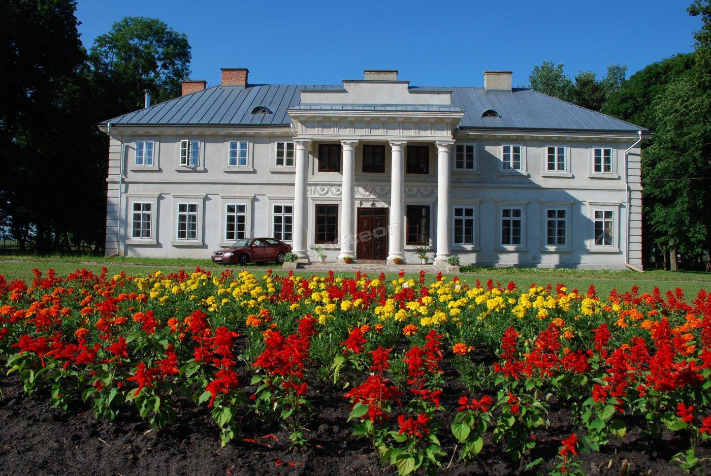 Wzniesiony na początku XIX w. pałac. Obiekt był budowany przez właściciela Łabuń i Łabuniek, przybyłego ze Lwowa Stanisława hrabiego Grzębskiego dla młodszej ze swych córek, Teofili.