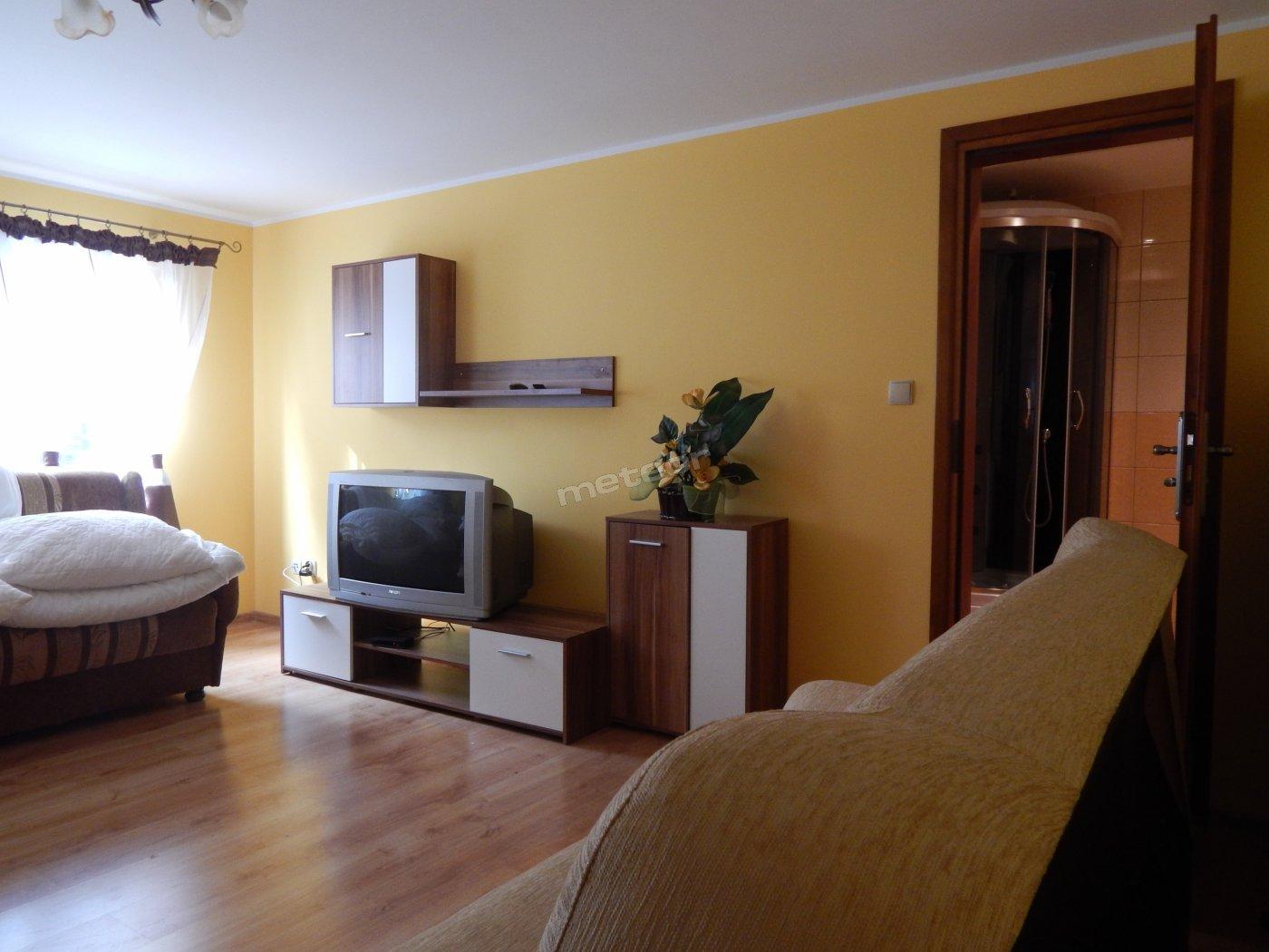 Obiekt posiada 3-pokoje 2-osobowe i 1-pokój 3-osbowy wszystkie z łazienkami, oraz kuchnia ogólnodostępna jak na fot nr 3