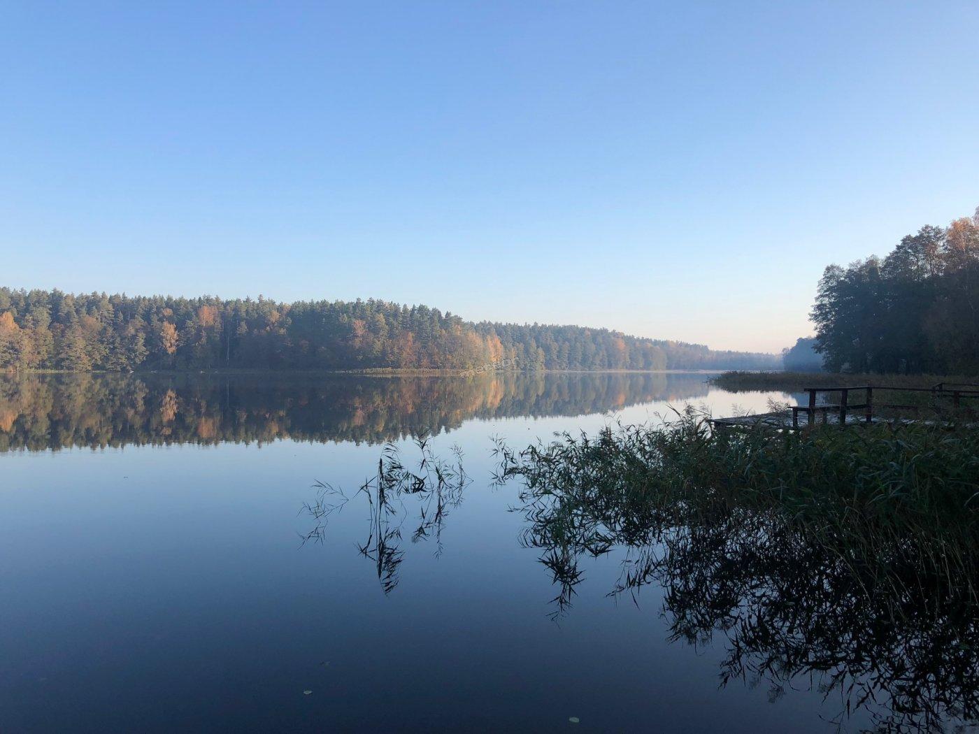 Jezioro - Staw Sajenek - wschód słońca w letni, słoneczny dzień