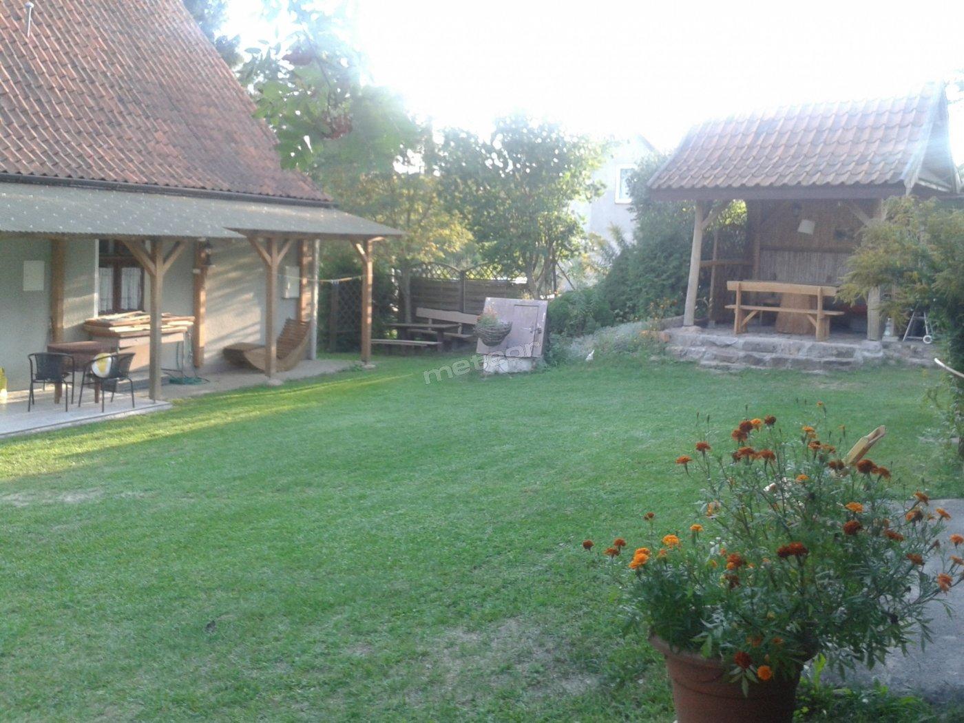 Widok z podwórka przed domem.