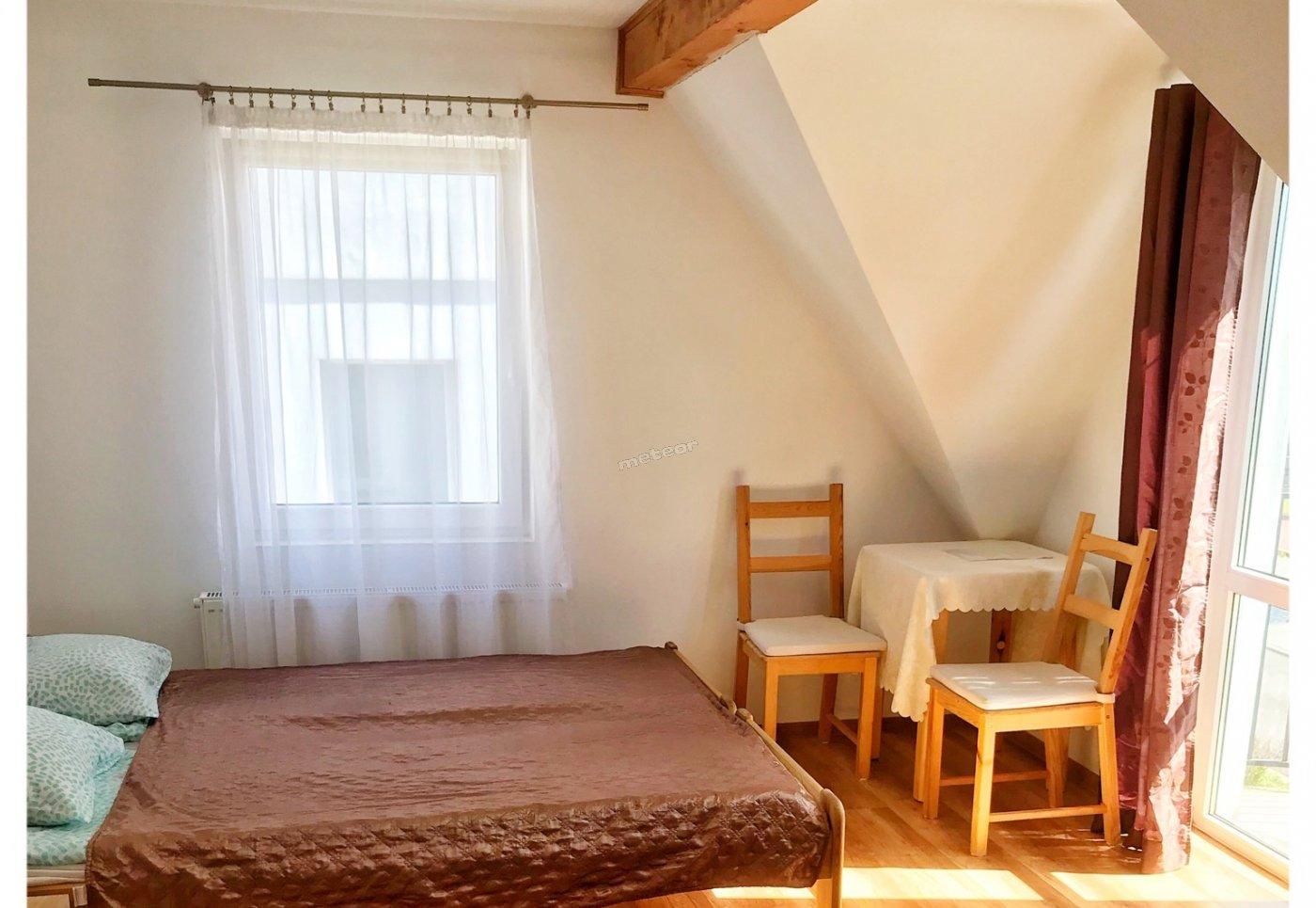 Pokój 2-osobowy z balkonem i łazienką. Łazienka jest z wanną. Pokój znajduje się na pierwszym, ostatnim piętrze.