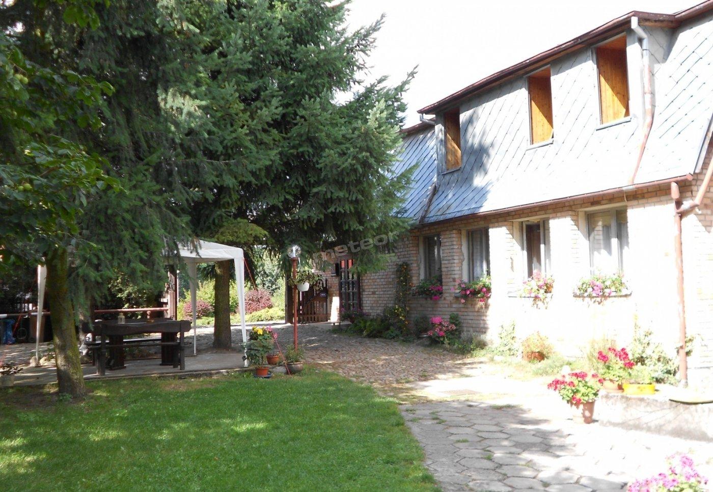 Budynek główny - w którym znajdują się pokoje, aneks kuchenny, oraz część ogrodu