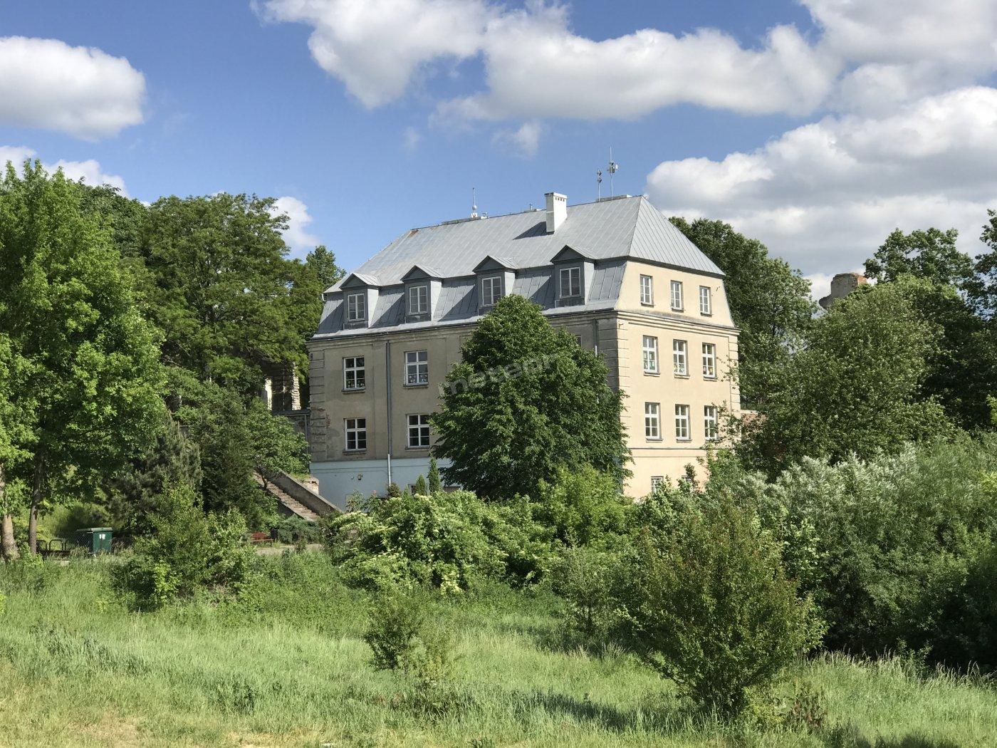 Budynek Szkoły, w którym znajduje się Schronisko Młodzieżowe w Zawieprzycach
