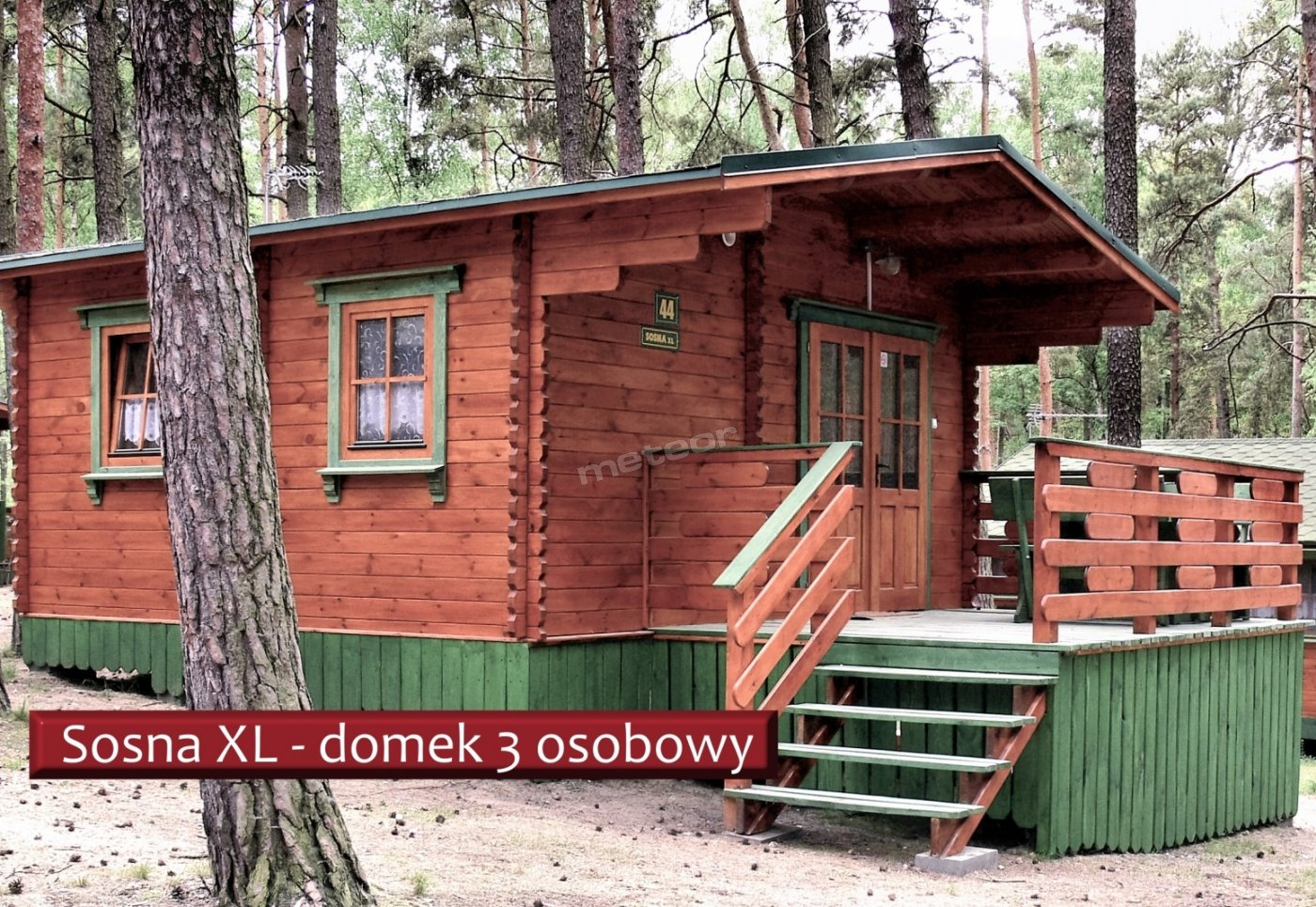 SosnaXL to domek ze wspólnym salonikiem i aneksem kuchennym, osobno węzeł sanitarny. Dwa łóżka pojedyncze plus wersalka rozkładana 2 os.