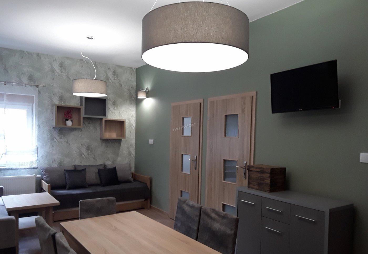 Apartament 8 osobowy - salon z aneksem kuchennym i dwie sypialnie.