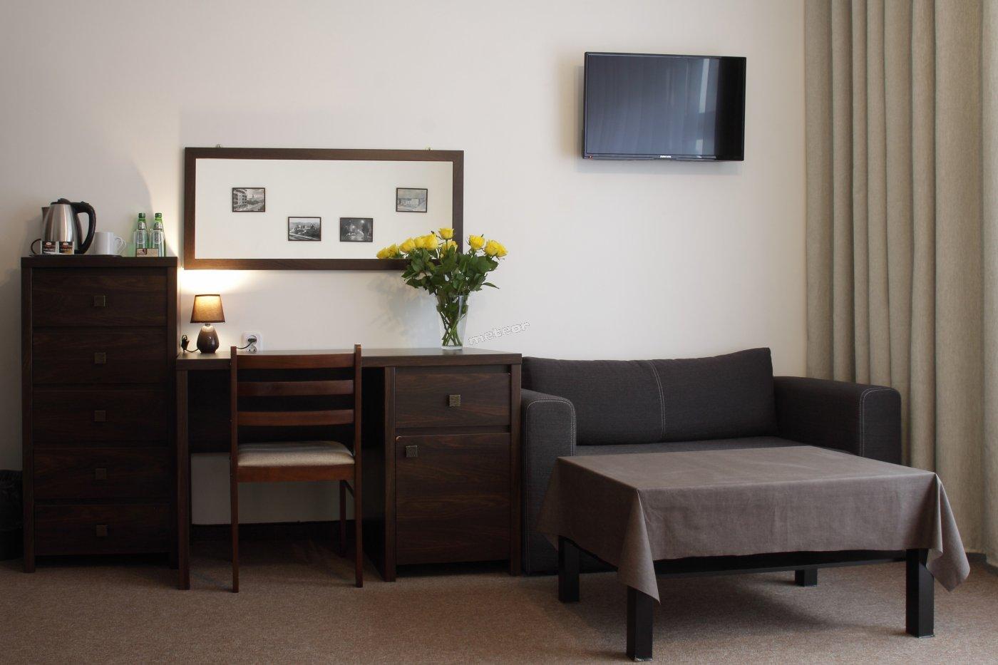 Pokój dwuosobowy z łazienką i balkonem wyposażony jest w czajnik elektryczny, ekspres do kawy.