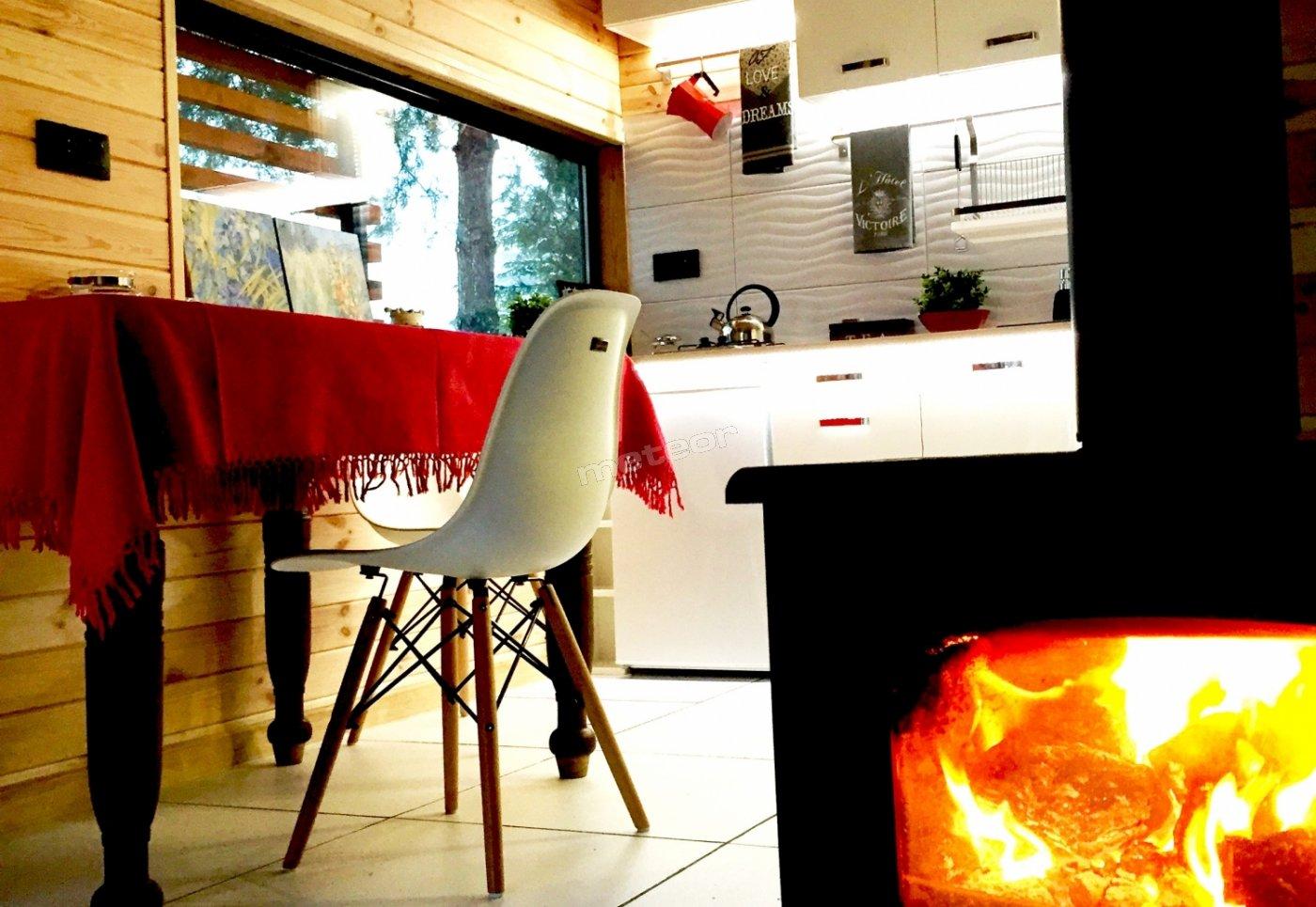 Wyposażona kuchnia i płomień w kominku