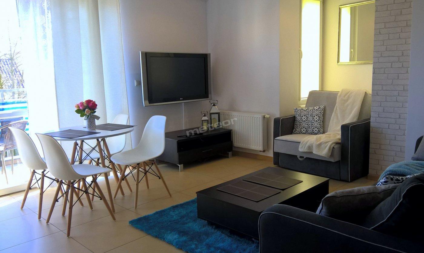 Salon z aneksem kuchennym i balkonem. 3 miejsca do spania.