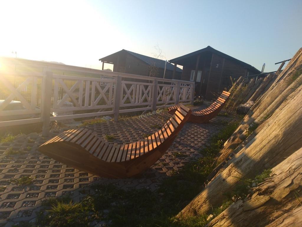 Domki z tarasem widokowym o świcie. Morskie Wzgórze