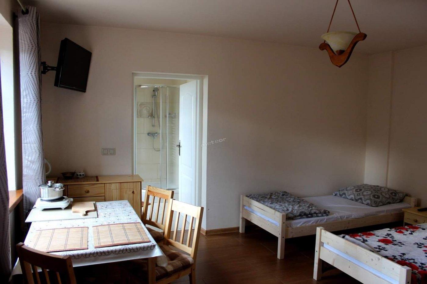 Pokój 1-3 osobowy z łazienką i mini aneksem kuchennym (lodówka, mikrofalówka, czajnik,płyta grzewcza)