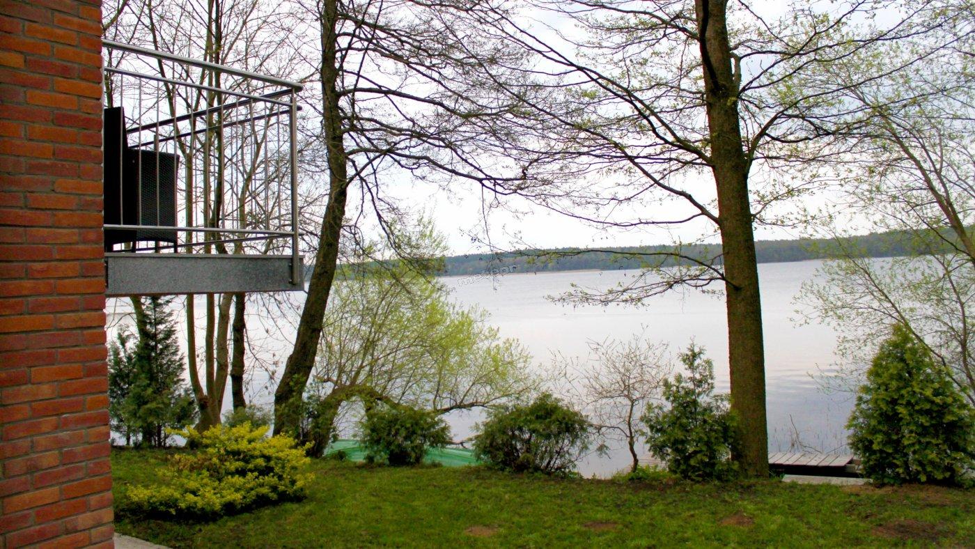 Widok z ogrodu na jezioro