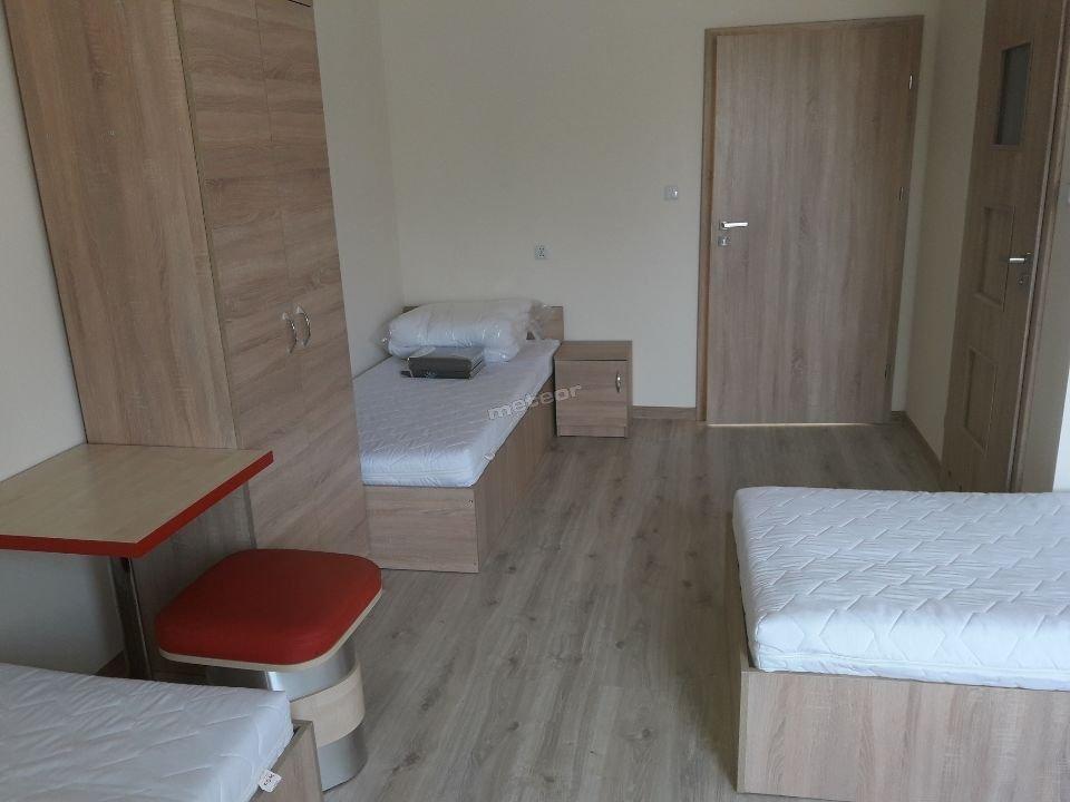 Pokoje są nowe, umeblowane, z nową pościelą i nowymi materacami.  2-osobowe, 3-osobowe, 4-osobowe, 5-osobowe, 6-osobowe