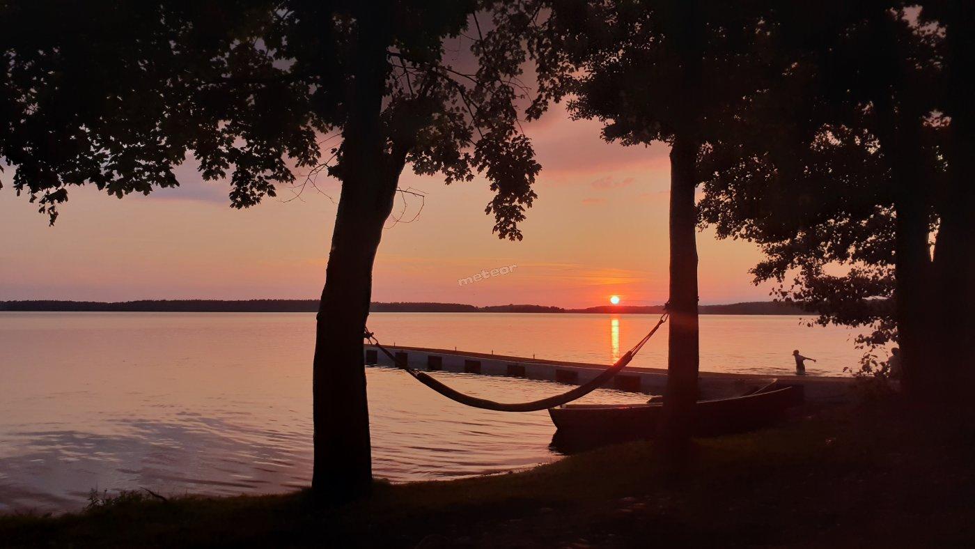 Zapraszamy na niezwykły spektakl jakim są zachody słońca nad jeziorem Gołdopiwo, plaża OW HELENA.