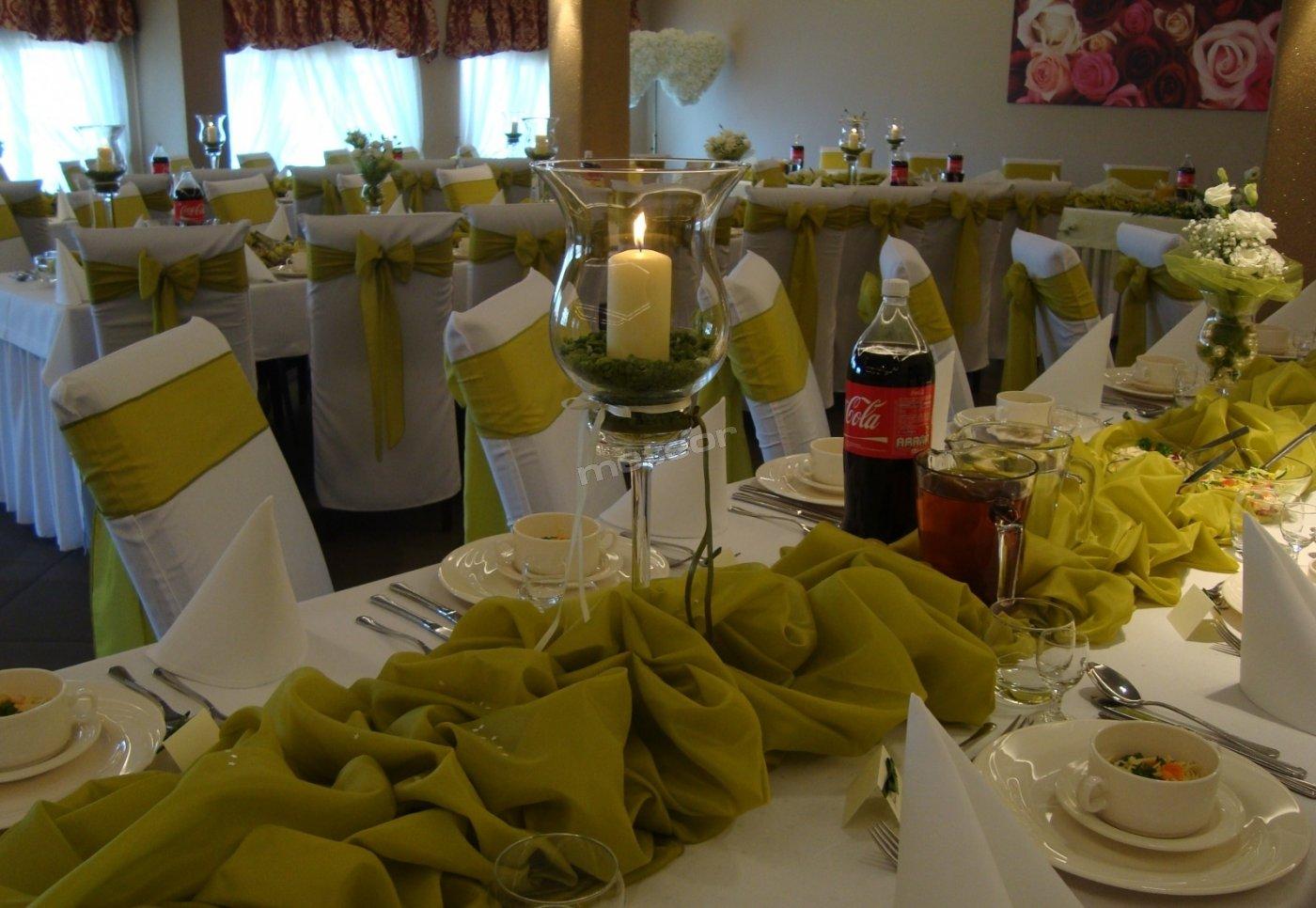 Dekoracja sali weselnej w kolorze oliwkowym.