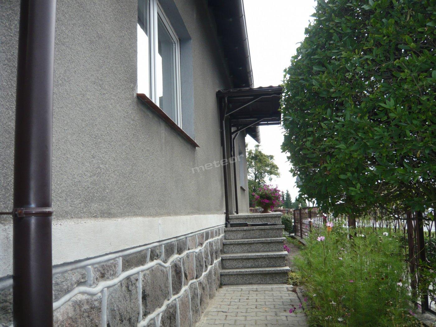 Dom od strony ulicy.