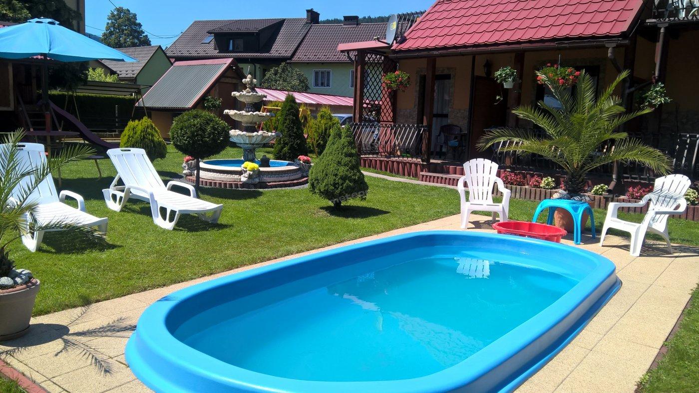 Ogród z basenem dla dzieci.