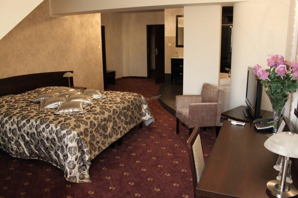 Pokój LUX Silver. Pokój klimatyzowany i z własny 2 osobowym salonem kąpielowym.