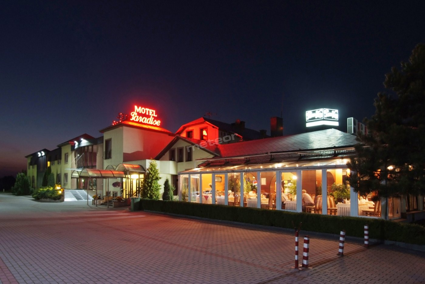 """Motel """"Paradise"""" położony jest przy autostradzie A2 (trasa Berlin - Warszawa - Terespol) zaledwie 30 km od przejść granicznych z Niemcami w Frankfurcie nad Odrą i Świecku."""