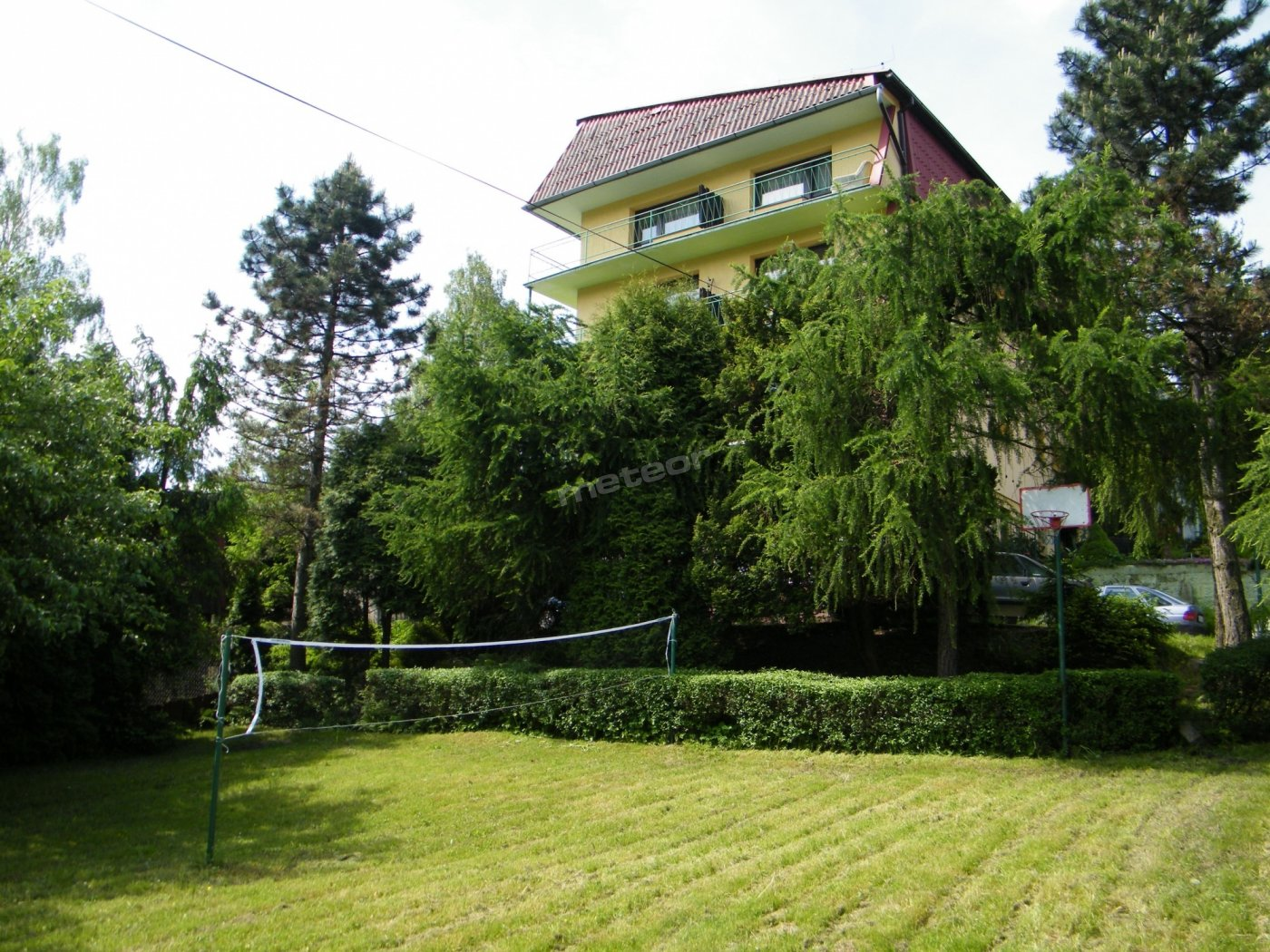 Budynek wraz z ogrodem.