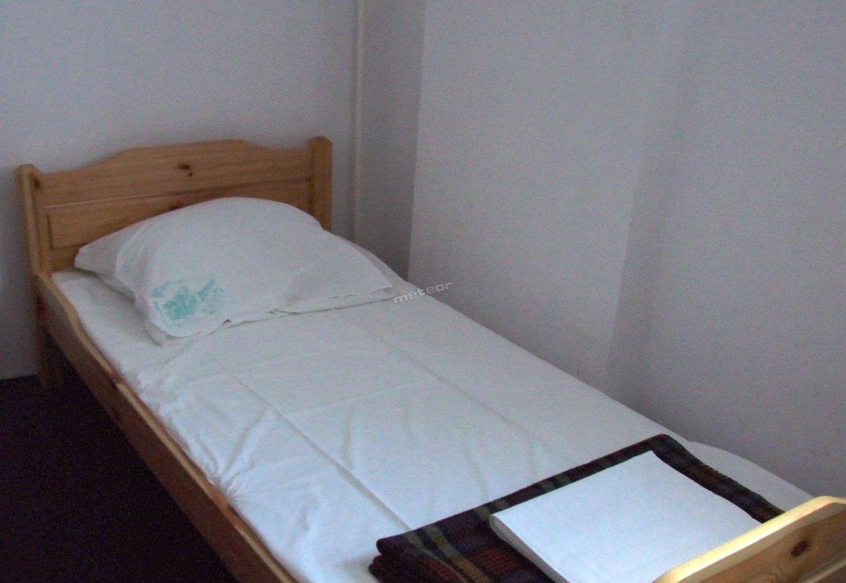 łóżka drewniane, pojedyncze, nowe, z pościelą